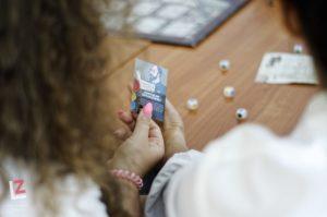 kobieta trzyma w ręce wycinek z Gazety opolskiej