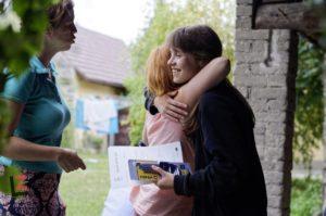 dwie kobiety przytulają się