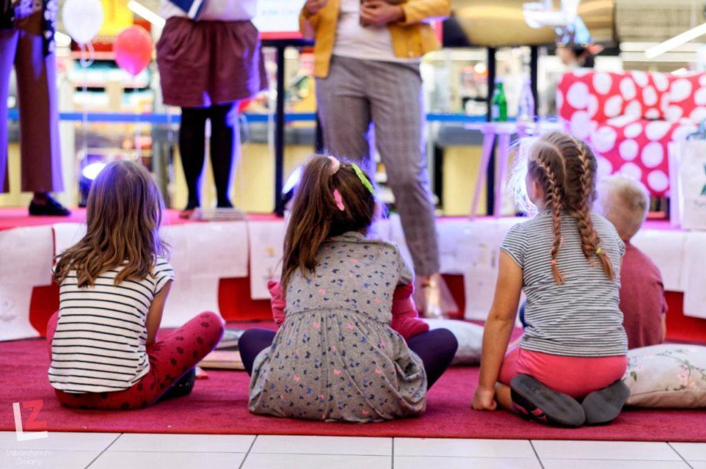 troje dzieci odwróconych plecami do zdjęcia