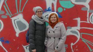 dwie kobiety ubrane w zimowe ciuchy