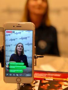 transmisja na żywo wypowiedzi kobiety udostępniana telefonem