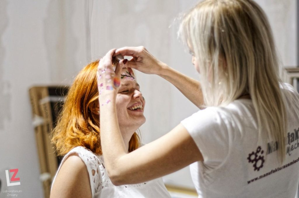 wizażystka maluje czoło kobiecie