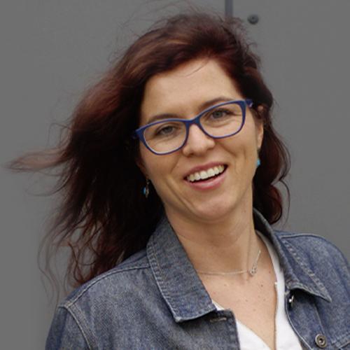 kobieta w okularach z rozpuszczonymi włosami