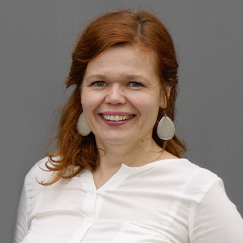 uśmiechająca się rudowłosa kobieta