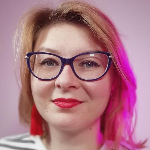 kobieta w okularach z pomalowanymi ustami w kolorze czerwonym