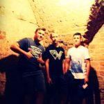 Trzech nastolatków w murowanych piwnicach zamku.