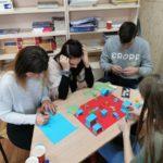 kolorowy projekt tworzony przez młodzież