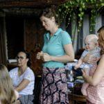 kobieta trzymająca na rękach niemowlę